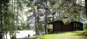Lomakeskus Pukkila sijaitsee Ruuhijärven rannalla Visuvedellä. Kuvassa piha-alueella sijaitseva rantasauna.