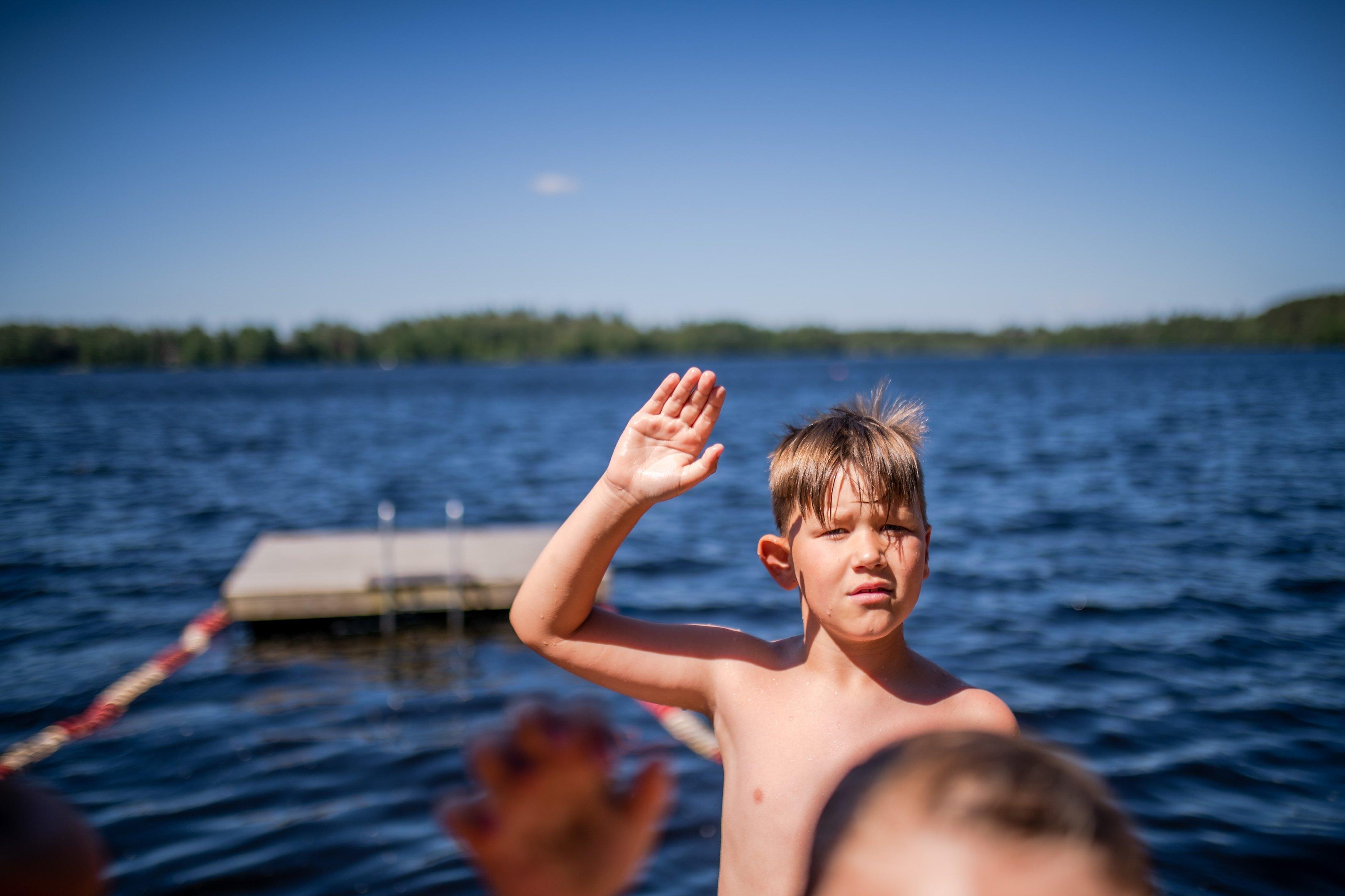 lapsi uimassa